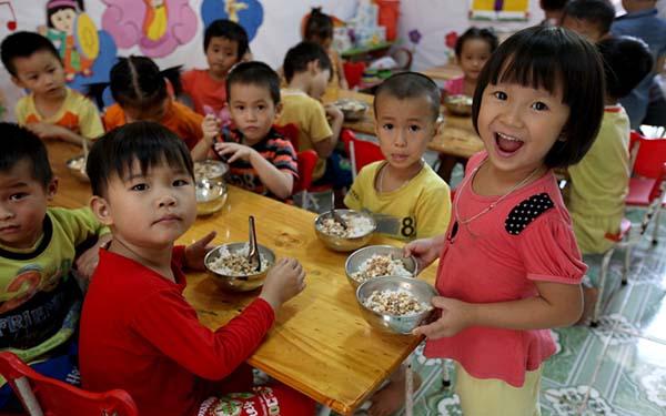 Kết quả hình ảnh cho Trẻ mẫu giáo dân tộc thiểu số ăn trưa