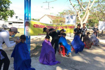 Trường Tiểu học Đắk Xú tổ chức cắt tóc miễn phí cho học sinh