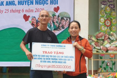 Trường MN Đắk Ang tiếp nhận bộ đồ chơi sân trường cho trẻ mầm non