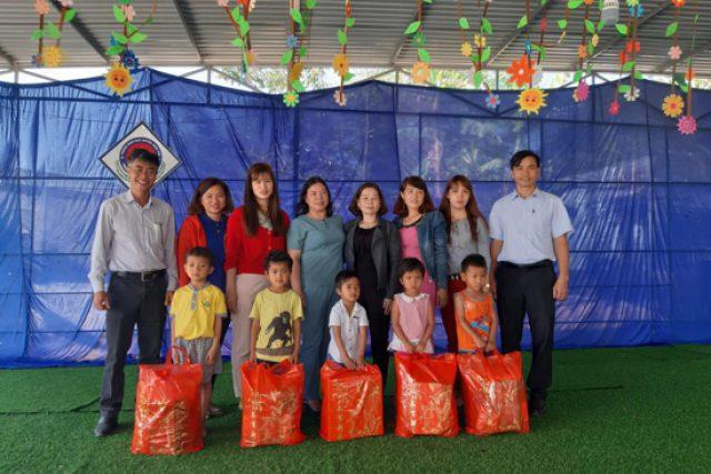 Trường Tiểu học Số 2 Thị trấn Plei Kần thăm và tặng quà học sinh mầm non