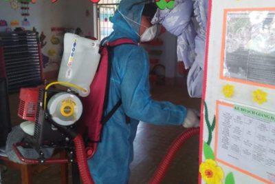 Huyện Ngọc Hồi phun hóa chất diệt khuẩn tại các trường học