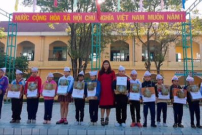 Trường TH Số 2 Thị trấn Plei Kần tặng quà cho học sinh nghèo nhân dịp Tết Kỷ Hợi 2019