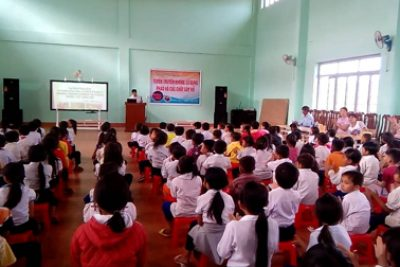 Học sinh Trường Tiểu học Trần Quốc Toản ký cam kết không sử dụng pháo, vật liệu nổ