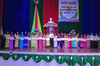 Trưởng Phòng GDĐT khen thưởng các cá nhân đạt thành tích trong Hội thi GV tiểu học dạy giỏi cấp huyện năm học 2018-2019