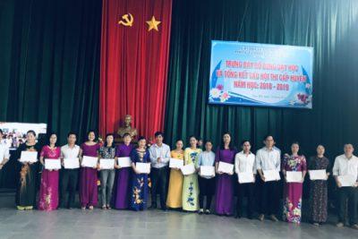 Trưởng Phòng GDĐT khen thưởng các tập thể, cá nhân đạt giải Hội thi khai thác môi trường giáo dục theo quan điểm lấy trẻ làm trung tâm