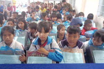 Hội cha mẹ học sinh tặng quà cho học sinh có hoàn cảnh khó khăn nhân dịp Tết Canh Tý 2020