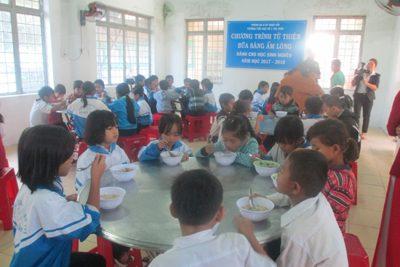 """Trường TH Số 1 Thị trấn Plei Kần tổ chức """"Bữa sáng ấm lòng"""" cho học sinh nghèo"""