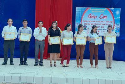 Khen thưởng tập thể, cá nhân trong ngày hội Giao lưu tìm hiểu kiến thức và giáo dục kỹ năng ATGT năm học 2017-2018