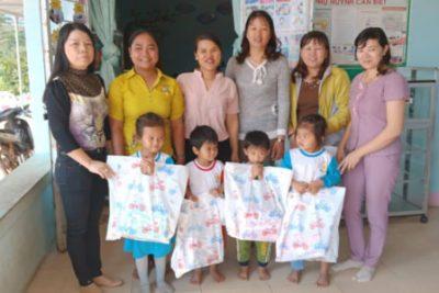 Tặng quà Tết cho học sinh nghèo