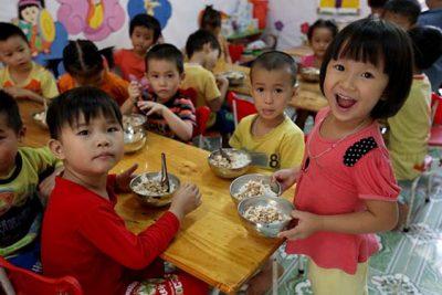 Từ tháng 2/2018 trẻ em mẫu giáo được hỗ trợ tiền ăn trưa bằng 10% mức lương cơ sở